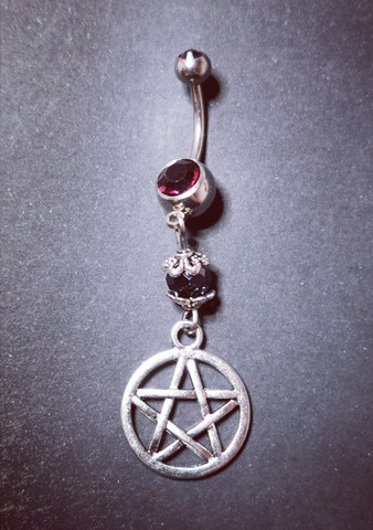 Napakoru hopeanvärinen pentagrammi violetti musta