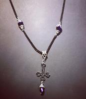Kaulakoru risti musta ketju, violetit helmet