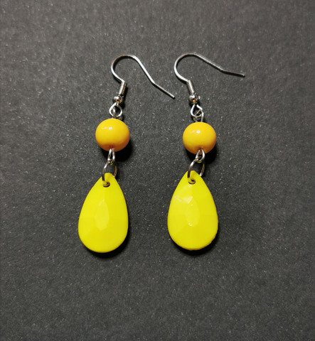 Colourful yellow droplet rearrings