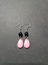 Värikäs pisara korvakorut vaaleanpunainen mustilla helmillä