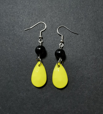 Colourful yellow droplet rearrings with black beads