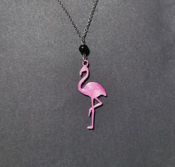 Flamingokaulakoru pinkki mustalla helmellä