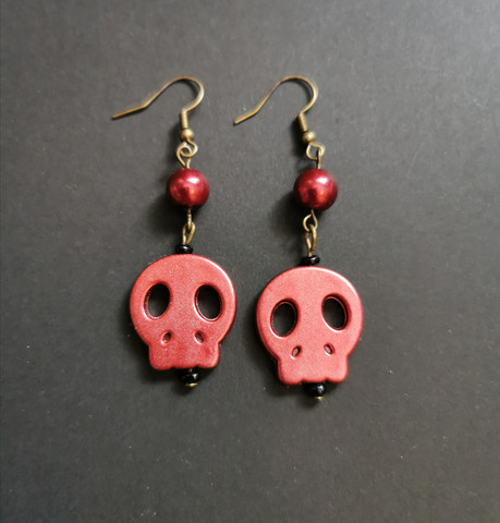 Punaiset pääkallo korvakorut