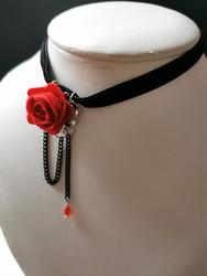 Kaulakoru punaisella ruusulla ja mustalla ketjulla