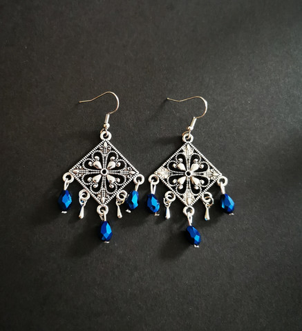 Hanging earrings with blue drops