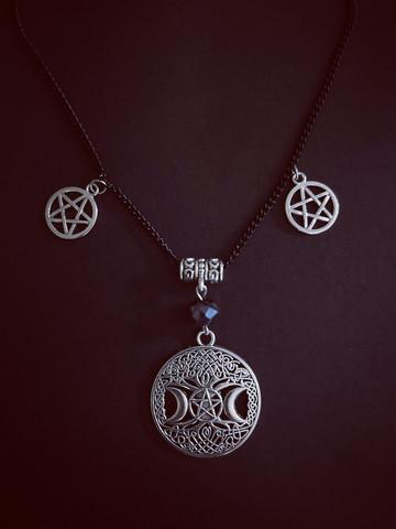 Pentagrammi ja kuut kaulakoru