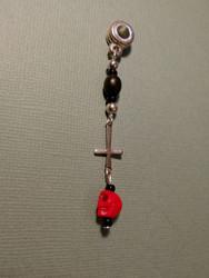Rastakoru pieni risti ja punainen kallo