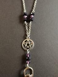 Avainnauha pentagrammi mustaa ja violettia