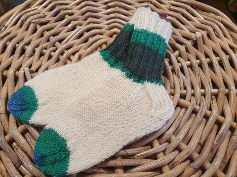 Lasten valkoiset vihreillä raidoilla villasukat