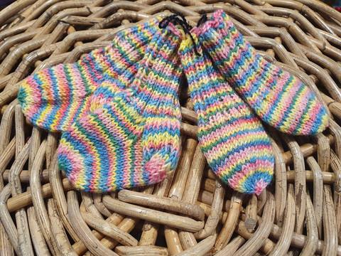 Vastasyntyneen vauvan moniväriset sukat ja tumput setti