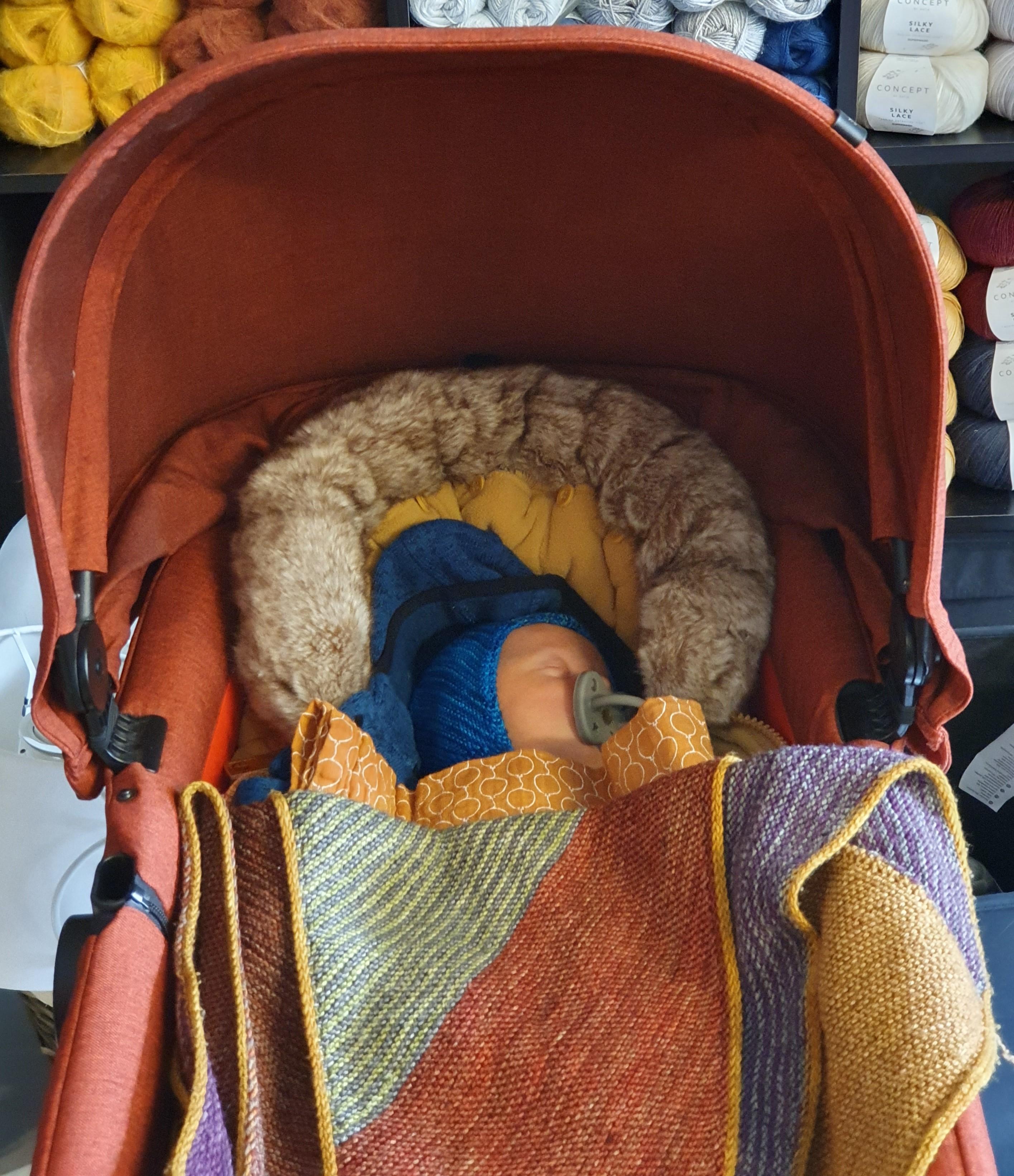 Miten pieniä pienen vauvan vaatteet pitää oikein olla?