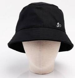 Hattu irrotettavalla visiirillä, värit musta ja beige