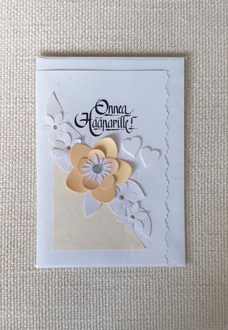 Kortti, Onnea hääparille, persikan värisellä kukalla ja valkoisilla sydämillä