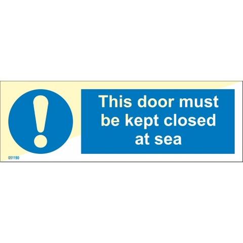Tämä ovi on pidettävä suljettuna merellä