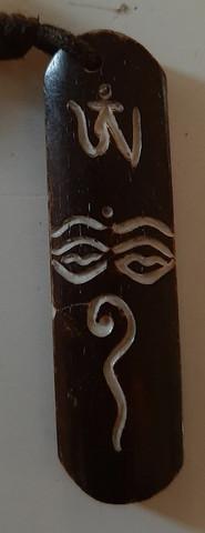 Demonisilmä, on suojeluun tarkoitettu amuletti Tummaa Luuta