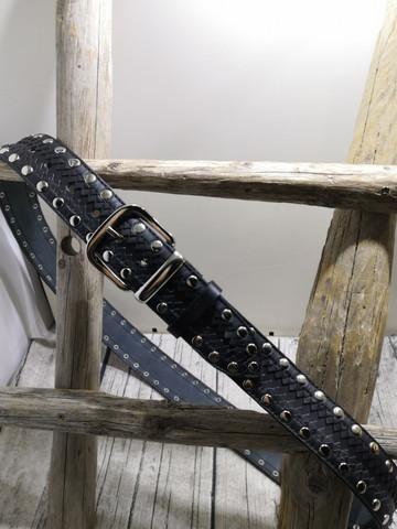 Kolmen mustan nahkavyö niiteillä 40mm/2h