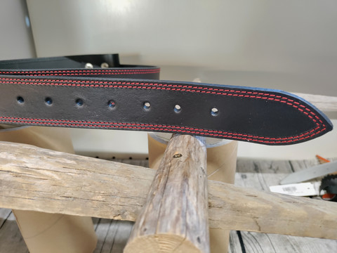 40/4mm/2t musta punaisella tikillä parkkinahkavyö