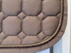 Equiline Octagon satulahuopa, beige pronssin- ja kullanvärisillä nyöreillä, este/yleis