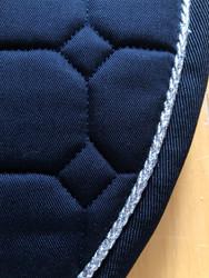 Equiline Octagon satulahuopa, tummansininen hopeisella kanttinauhalla, este/yleis