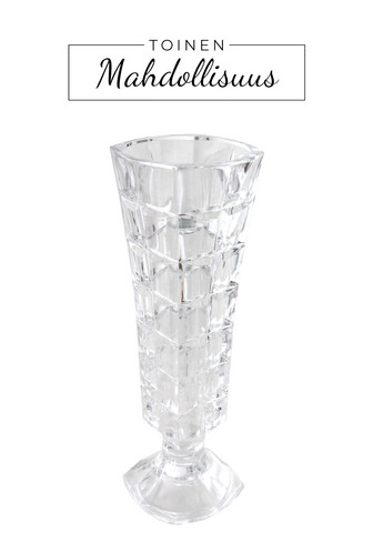 Pieni kristallimaljakko jalustalla