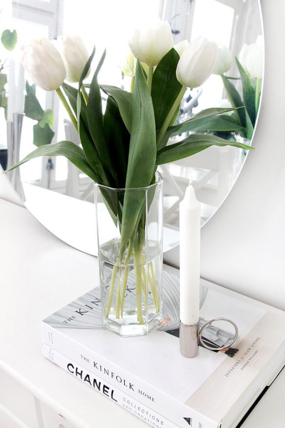 Tulppaaneja kauniissa kierrätys lasimaljakossa.