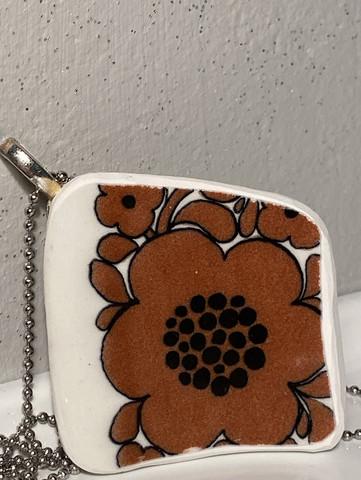 Uniikki kaunis astiakoru, ruskea kukka