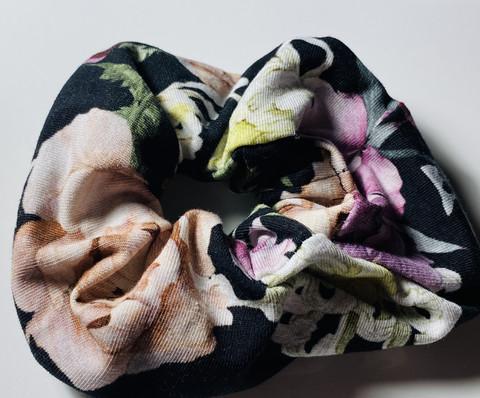 Hiusdonitsi, mustapohjainen kukka