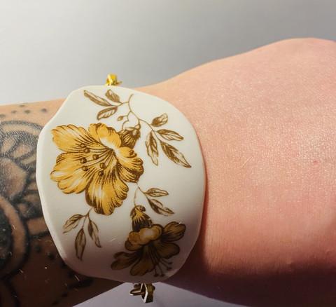 Uniikki kaunis astiakoru rannekoru, beige kukka
