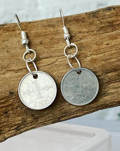 Penni korvakorut 1 pennin kolikosta. 1970- luvun kolikot