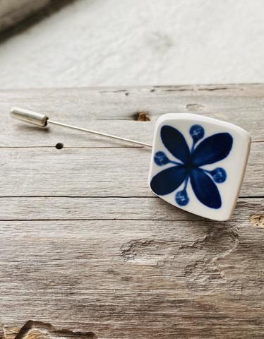 Uniikki kaunis astiakoru, asusteneula sininen kukka