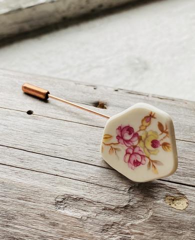 Uniikki kaunis astiakoru, asusteneula kukat