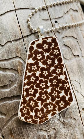 Uniikki kaunis astiakoru riipus, ruskeat kukat