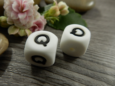 Kirjainhelmi Q, 12mm, valkoinen, 1kpl