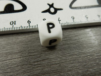 Kirjainhelmi P, 12mm, valkoinen, 1kpl