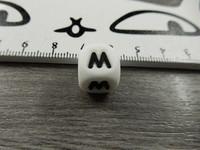 Kirjainhelmi M, 12mm, valkoinen, 1kpl