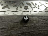Kirjainhelmi M, 7mm, musta, 1kpl