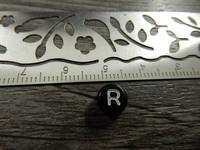 Kirjainhelmi R, 7mm, musta, 1kpl