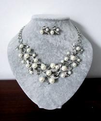 Helmi-kristallikorusetti Lehdet