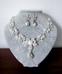Todella kaunis korusetti koristeltu helmillä ja kristalleilla.