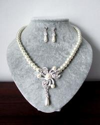 Kristalleilla koristeltu helmisetti kukkakuviolla.