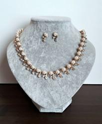 Kullanvärinen korusetti helmillä ja kristalleilla