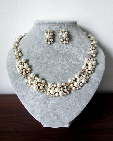 Kullanvärinen helmikorusetti koristeltu kristalleilla