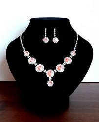 Vaaleanpunainen korusetti strasseja ja kristallia