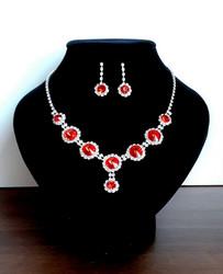 Punainen korusetti strasseja ja kristallia