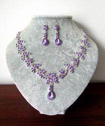 Violetti korusetti kristalleista