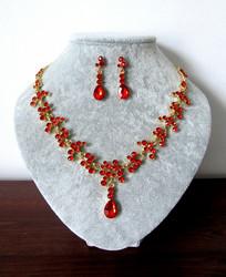 Punakultainen korusetti kristalleista