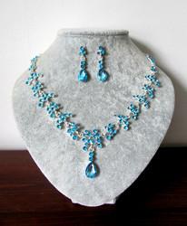 Sininen korusetti kristalleista