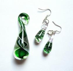 Vihreävalkoinen lasipisarasetti spiraalilla