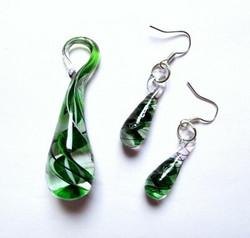 Vihreä-valko-musta lasipisarasetti spiraalilla