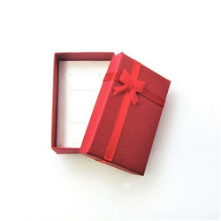 Punainen lahjarasia koruille 5 x 8 x 2,5cm